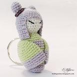 Portachiavi bambolina kokeshi all'uncinetto - Colore lilla e lime