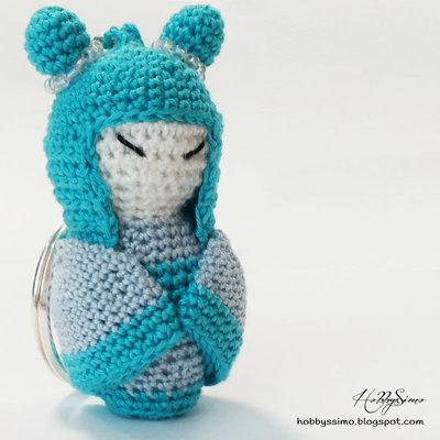 Portachiavi bambolina kokeshi all'uncinetto - Colore azzurro
