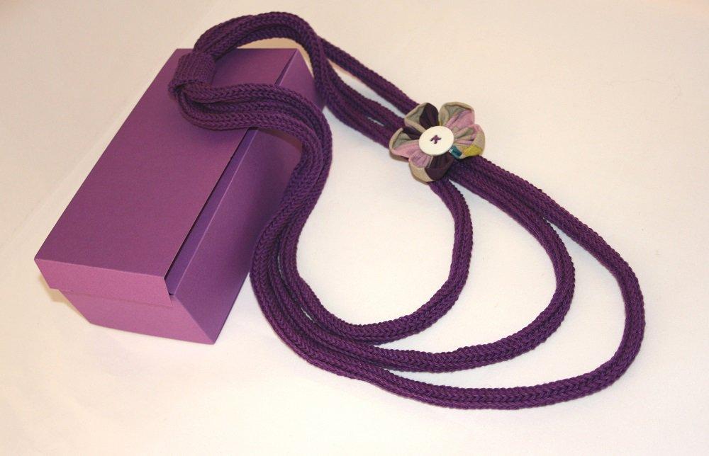 Collana tricotin viola con fiore di stoffa
