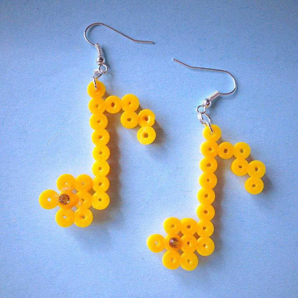 Orecchini pendenti con note musicali gialle in hama beads per amanti della musica