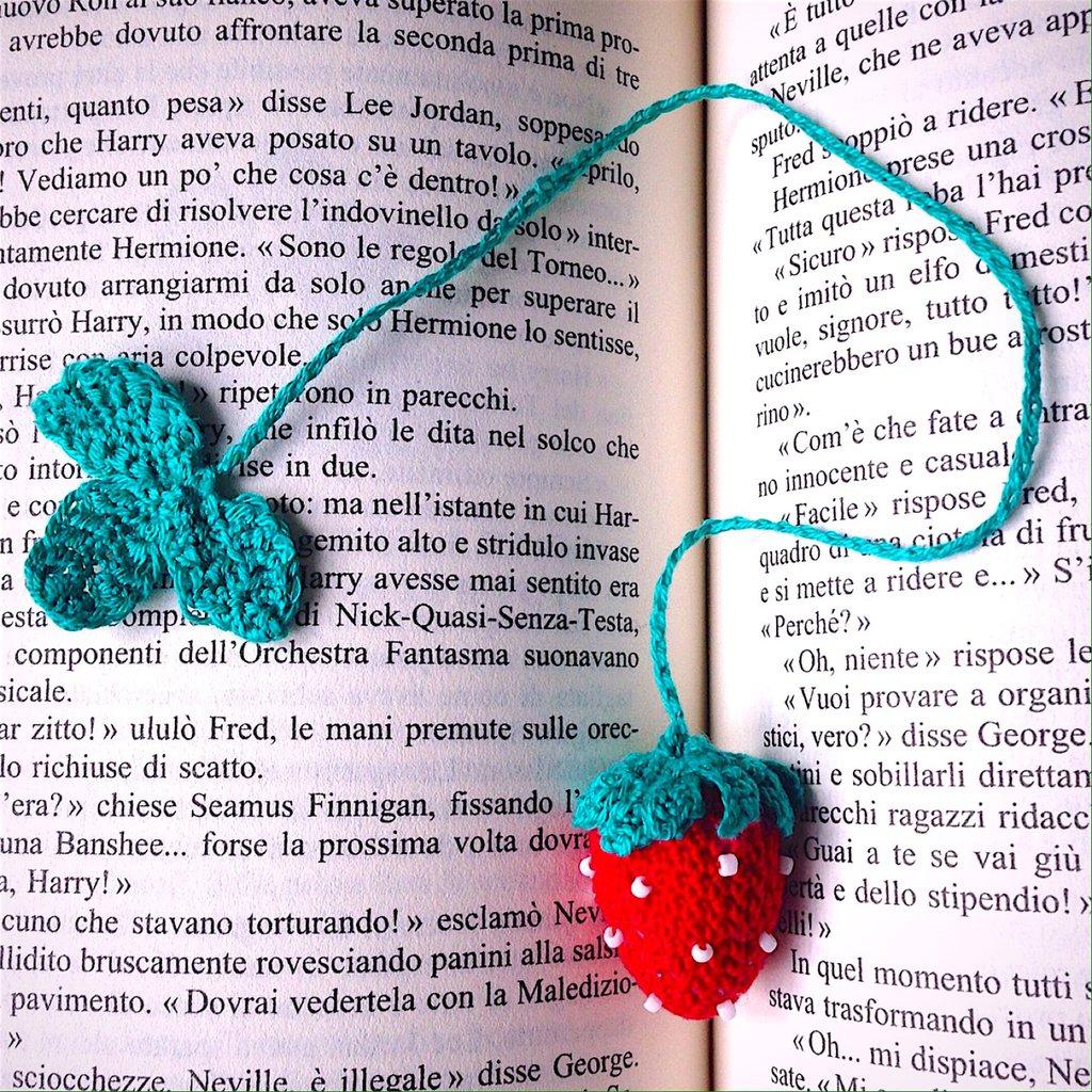 Segnalibro con fragola rossa amigurumi fatto a mano all'uncinetto per amanti dei libri