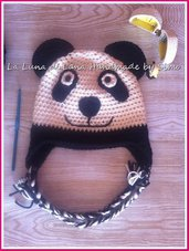 Cappellino uncinetto per bambino a forma di panda.