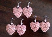 Orecchini a monachella con cuore di resina e perle