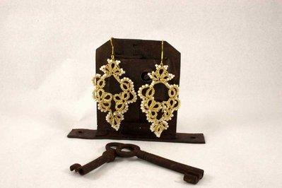 Orecchino chiacchierino filo dorato con perline color avorio