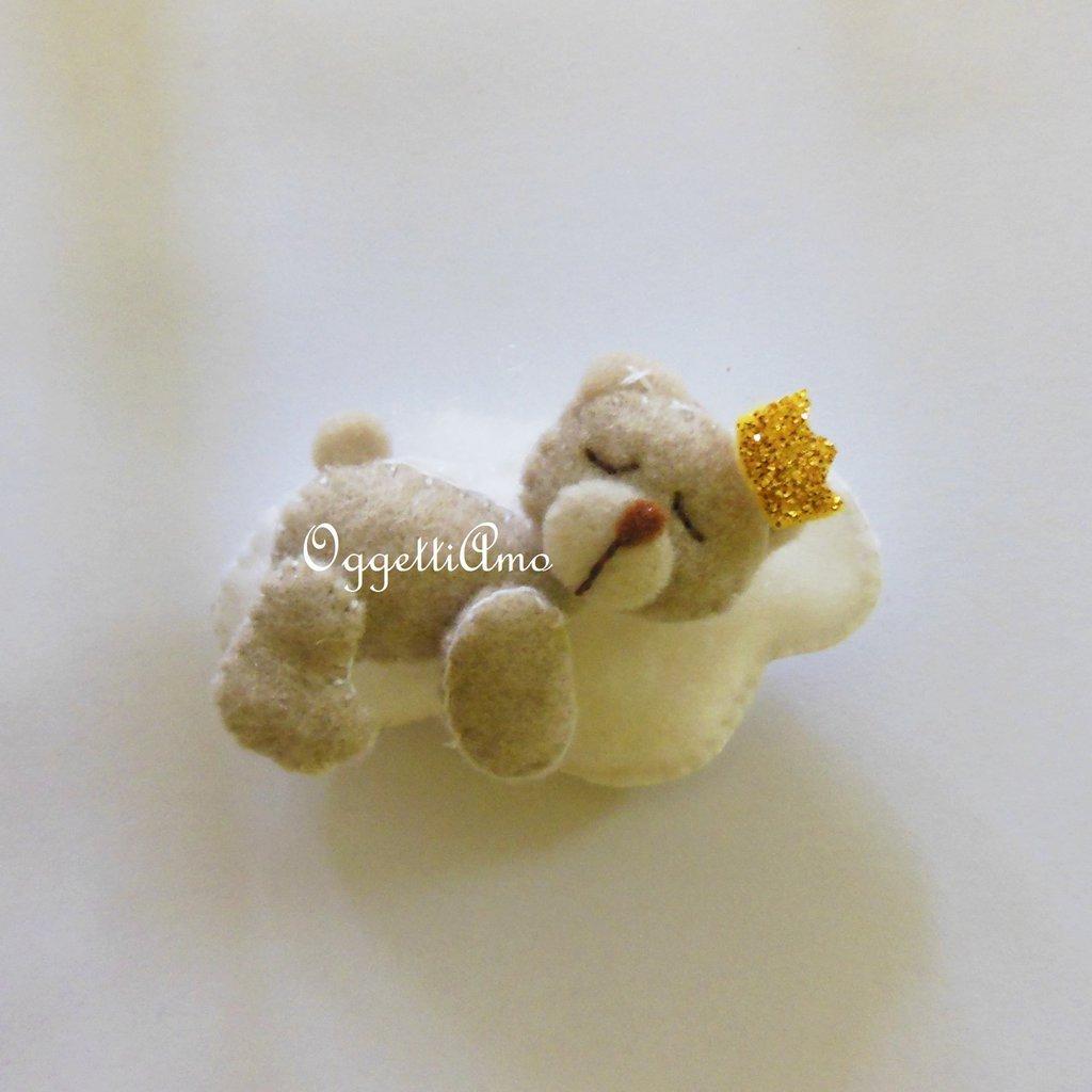 Orsacchiotti con corona in feltro per tenere bomboniere per il suo battesimo