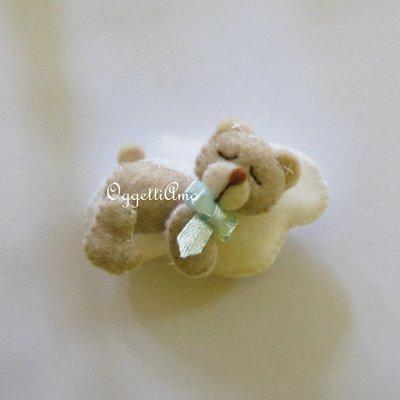 Orsetto addormentato su una soffice nuvoletta in feltro: la calamita per le sue bomboniere