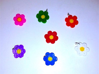 Lotto ciondoli decorativi charms con fiorellini in hama beads