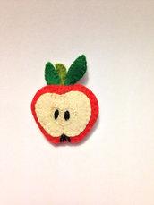 Una mela, come fermacapelli, come spilla, ma anche….