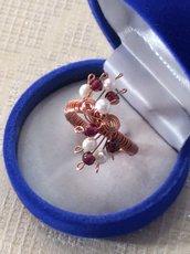 Anello wire in rame, granati e perle