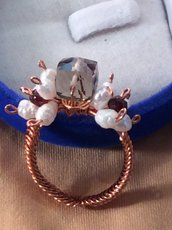 Anello wire con quarzo fumé, perle e granato