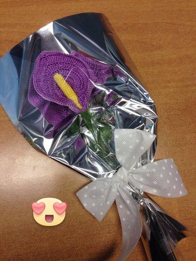 fiore all'uncinetto calla viola