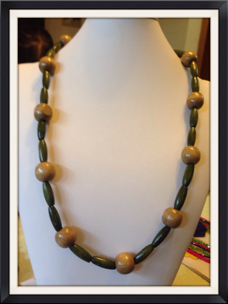 Collana di legno verde