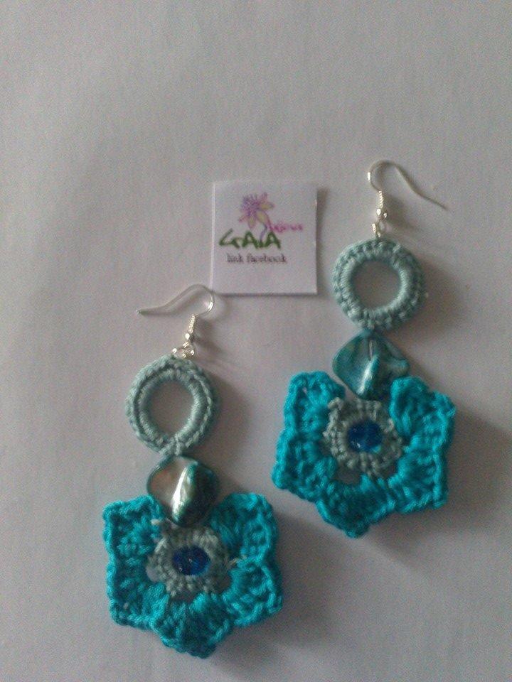 Orecchini azzurri ad uncinetto con fiore e madreperla tono su tono