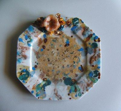 Piatto in porcellana con resina e plastica riciclata