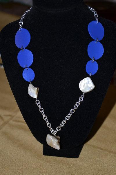 collana con cerchi simmetrici blu e perle