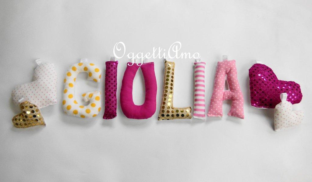 Giulia: una ghirlanda di lettere in cotone e lurex gialle e rosa per decorare la sua cameretta.