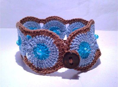 Bracciale azzurro e marrone fatto a mano all'uncinetto elegante moda