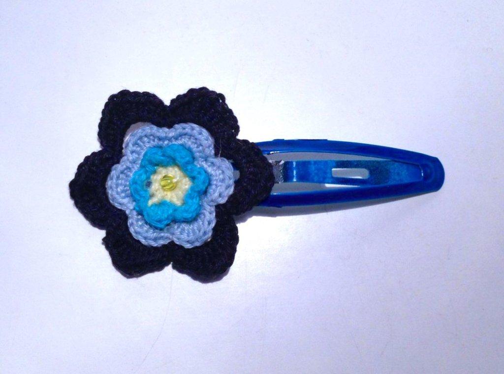 Molletta per capelli con fiore nelle tonalità del blu, fatto a mano all'uncinetto