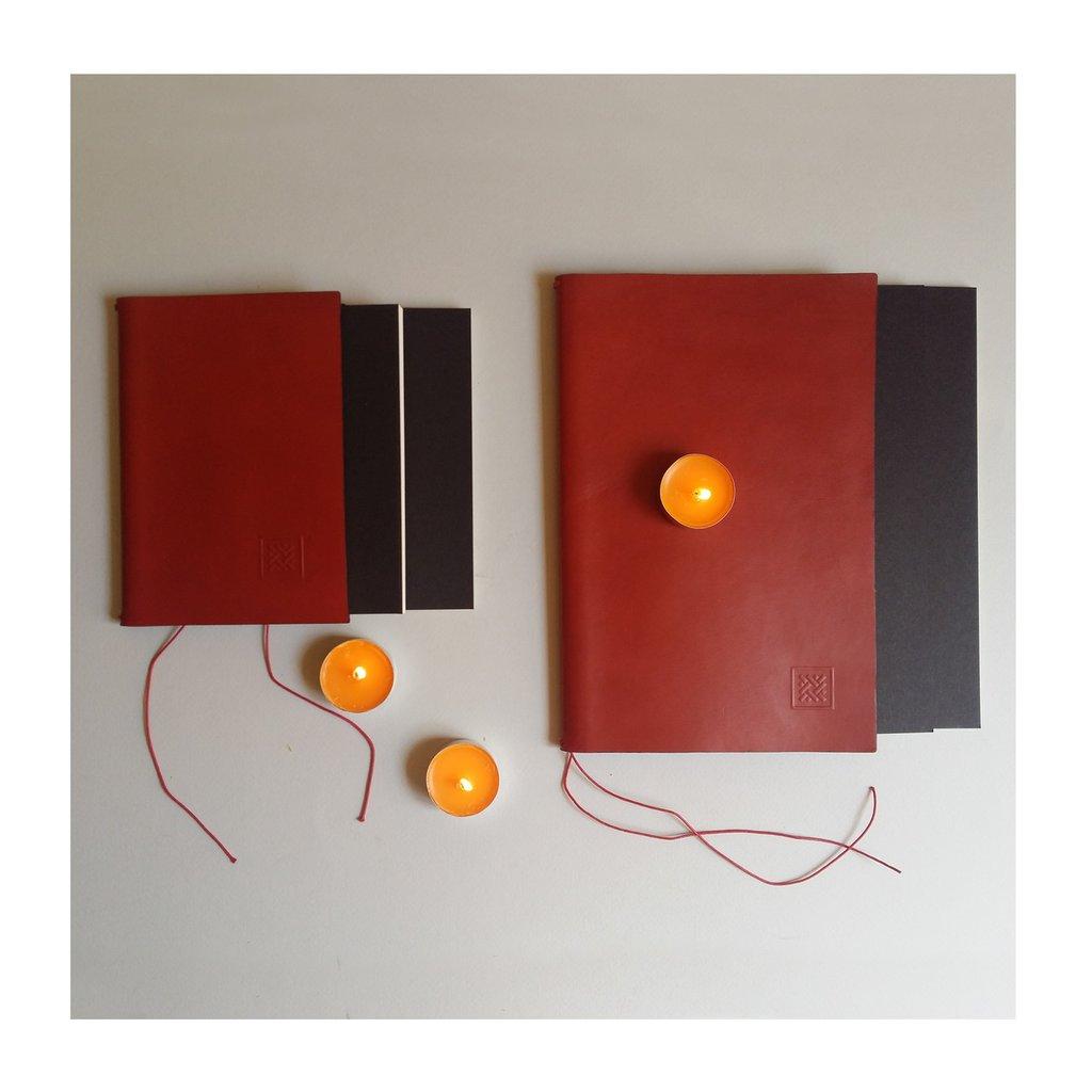 Copertine artigianali con lacci 7 Nodi grandi in cuoio rosso, nero. Foderine realizzate a mano per i quaderni 7 Nodi
