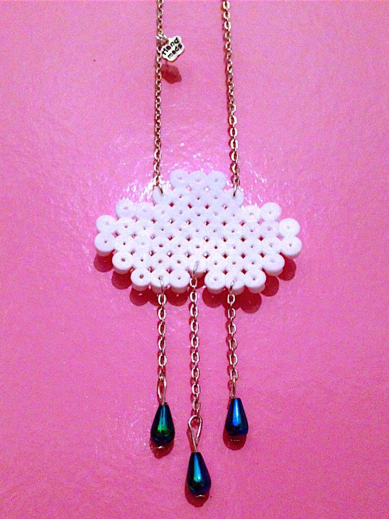 """Collana """"Nuvola e pioggia"""" con hama beads e perline fatta a mano"""
