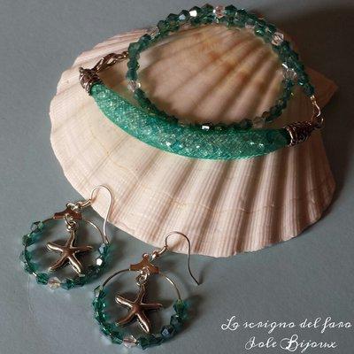 Bracciale con rete tubolare e cristalli verde acqua e orecchini a cerchio con stella marina