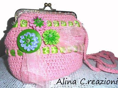 """Borsetta  all'uncinetto in fettuccia rosa sottile con chiusura a scatto in metallo con fiori, raso e perline """"Primavera"""""""