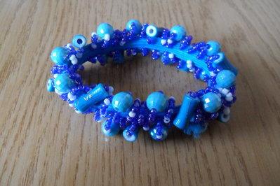 Bracciale elastico con perline blu