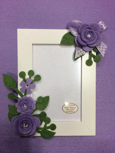 Portafoto bianco con fiori lilla verticale