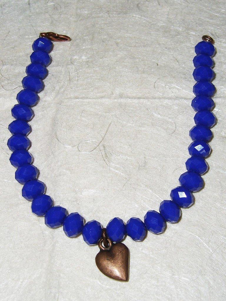 Bracciale in  cristallo blu e charm di rame a forma di cuore