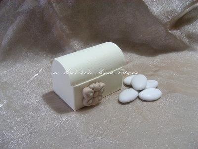 scatolina bauletto portaconfetti con farfalla