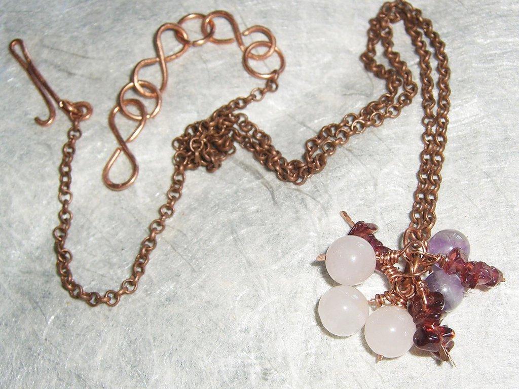 Collana di rame e charms di pietra dura nei toni del viola
