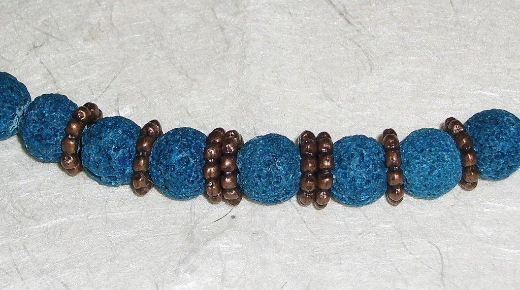 Braccialetto in lava azzurra ed elementi di rame