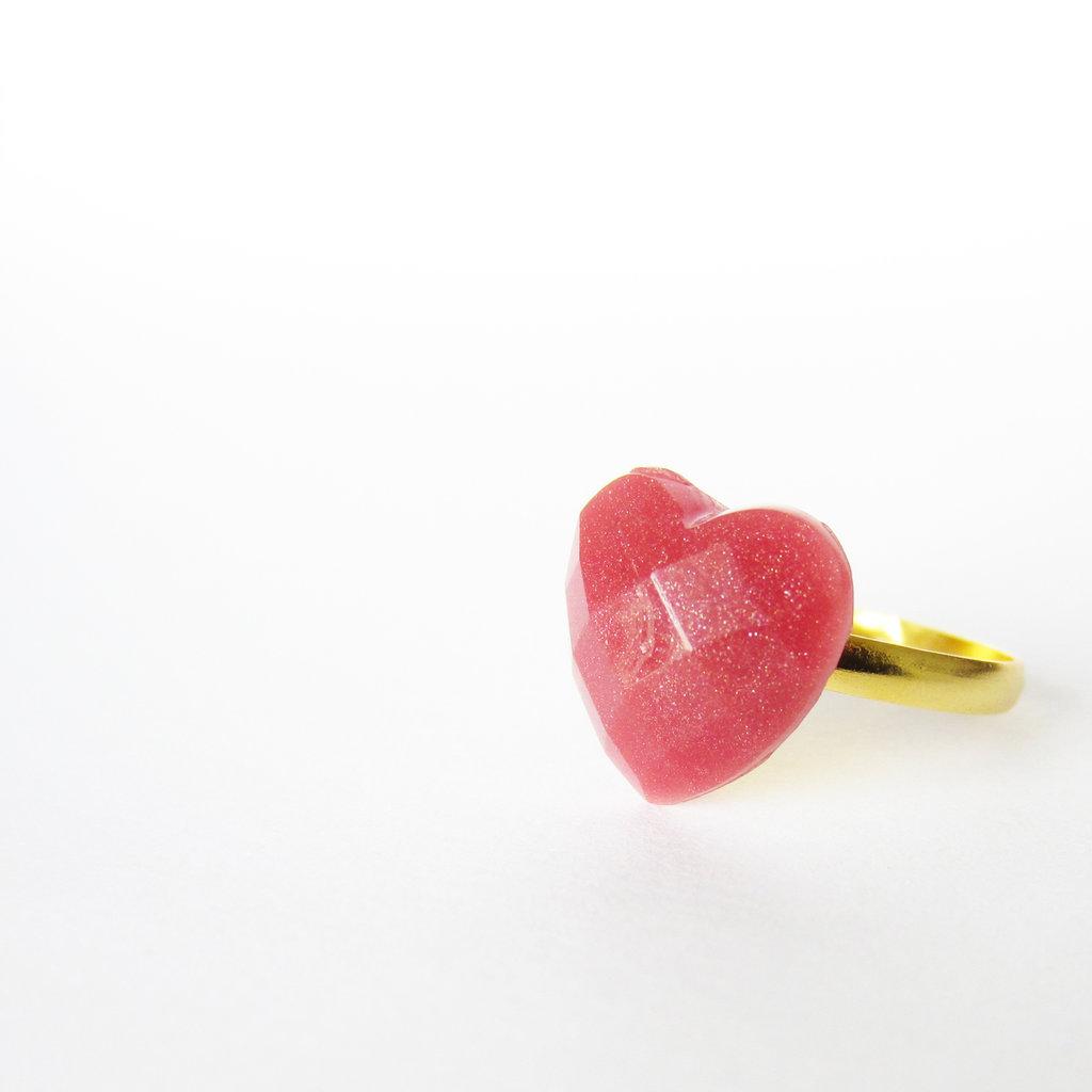 Anello piccolo cuore MARSALA vintage in resina. Piccolo e romantico anello boho a cuore