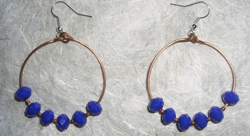 Orecchini a cerchio di rame con cristalli blu