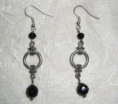Orecchini con cristalli neri ed elementi in metallo
