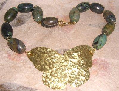 Collana con pietre dure azzurro-verdi e farfalla in ottone