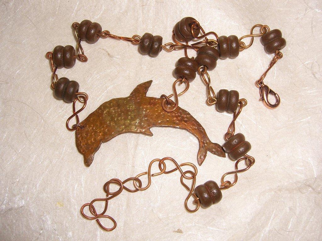 Collana con delfino di rame e perle in legno