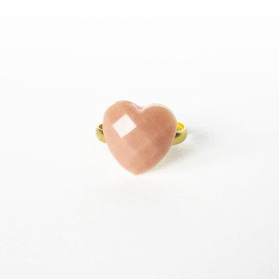 Anello piccolo cuore rosa cipria in resina. Piccolo e romantico anello boho a cuore