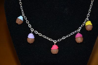 collana in fimo con piccoli dolcetti o cupcake- fatta a mano