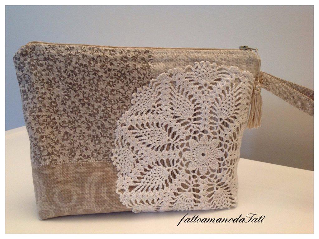 Pochette in cotone fantasia patchwork tinte naturali con centrìno crochet