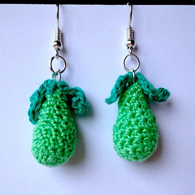 Orecchini con pere verdi amigurumi, fatte a mano all'uncinetto