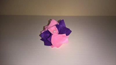 Elastico per capelli con rosa in feltro.