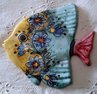 Pesce murale in maiolica .Realizzato interamente a mano.Dipinto a mano decoro Geo/Floris