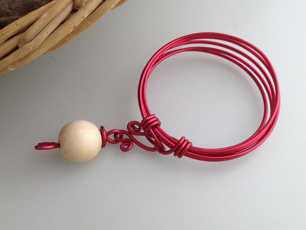 Bracciale in alluminio rosso e perla di legno naturale