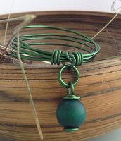 Bracciale in alluminio verde e perla di legno