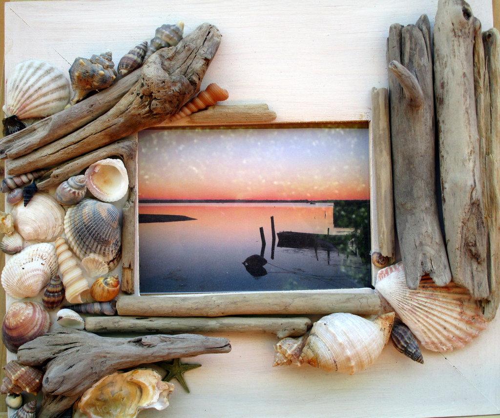 Cornice con legnetti di mare e conchiglie per la casa e - Specchio con conchiglie ...