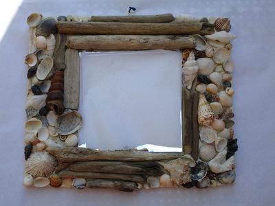 Specchio con conchiglie e legnetti di mare
