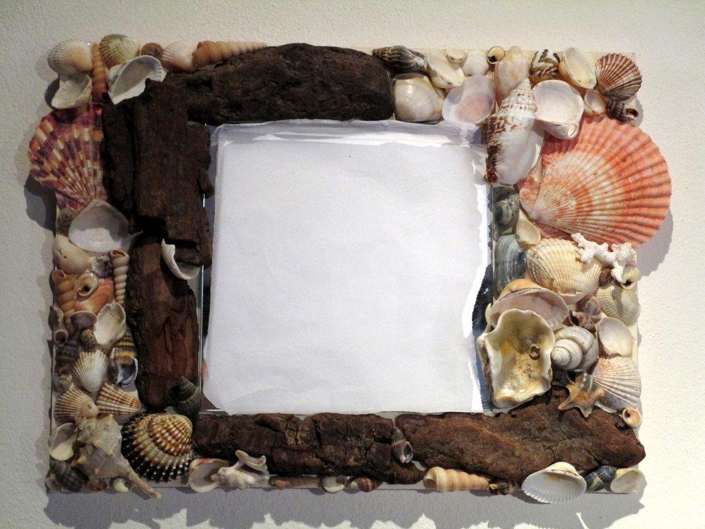 Specchio con conchiglie e corteccia