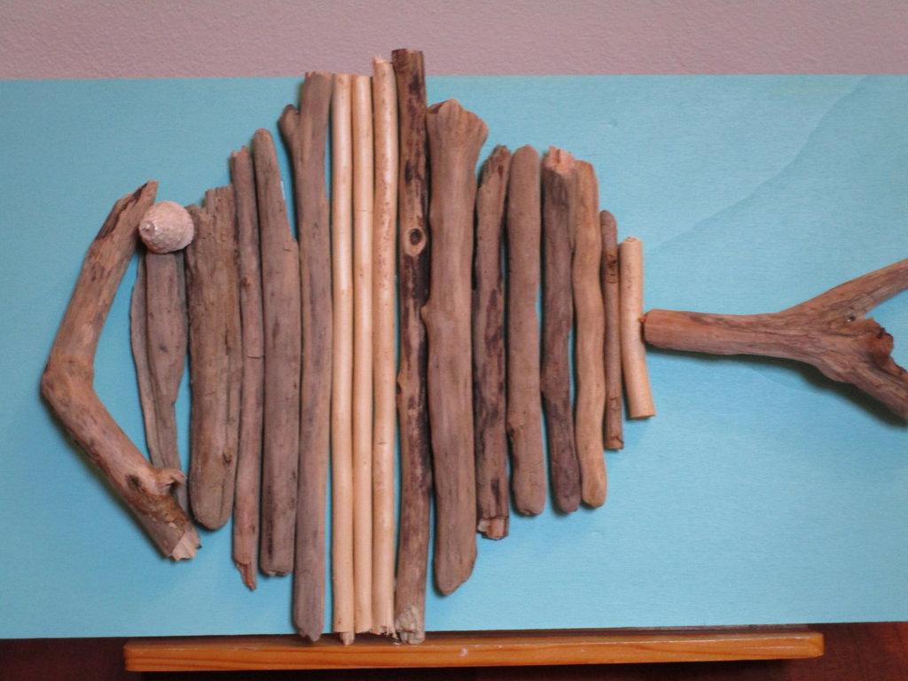 pesce con legnetti di mare