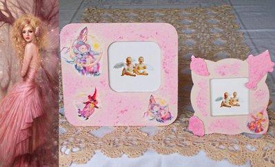 Coppia di cornici in legno decorate con decoupage pittorico nelle tonalità rosa